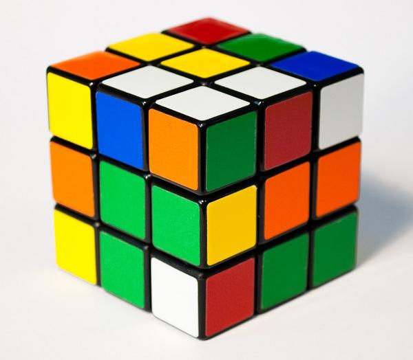 Fingindo Solucionar um Cubo Mágico