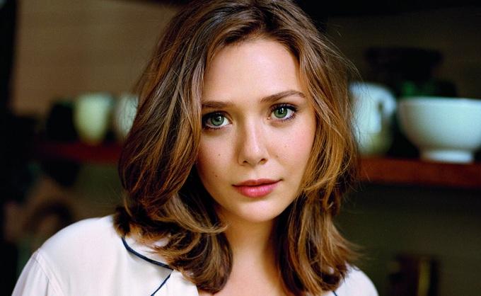 Elizabeth Olsen como Feiticeira Escarlate em Vingadores 2